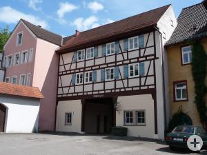Das Torhaus vom Rathausparkplatz betrachtet